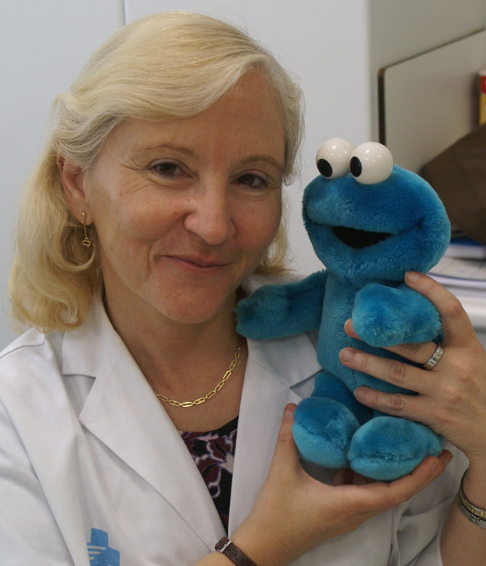 photograph of Cookie Monster Triki En El Mundo with Doctor Arual Laura